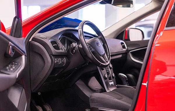 röd bil besiktas hos Haninge bilpark