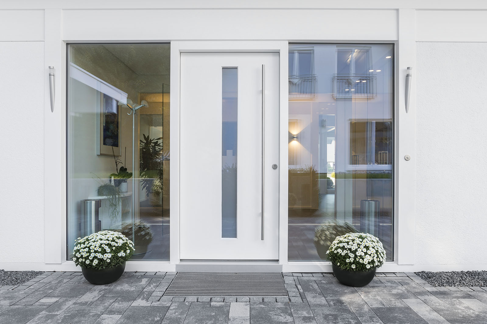 Letar ni nyytterdörr i Stockholm? Då är ni i trygga händer! Med över 60 års erfarenhet är vi nämligen specialister på ytterdörrar. Här en vit dörr med fönsterglas i mitten.