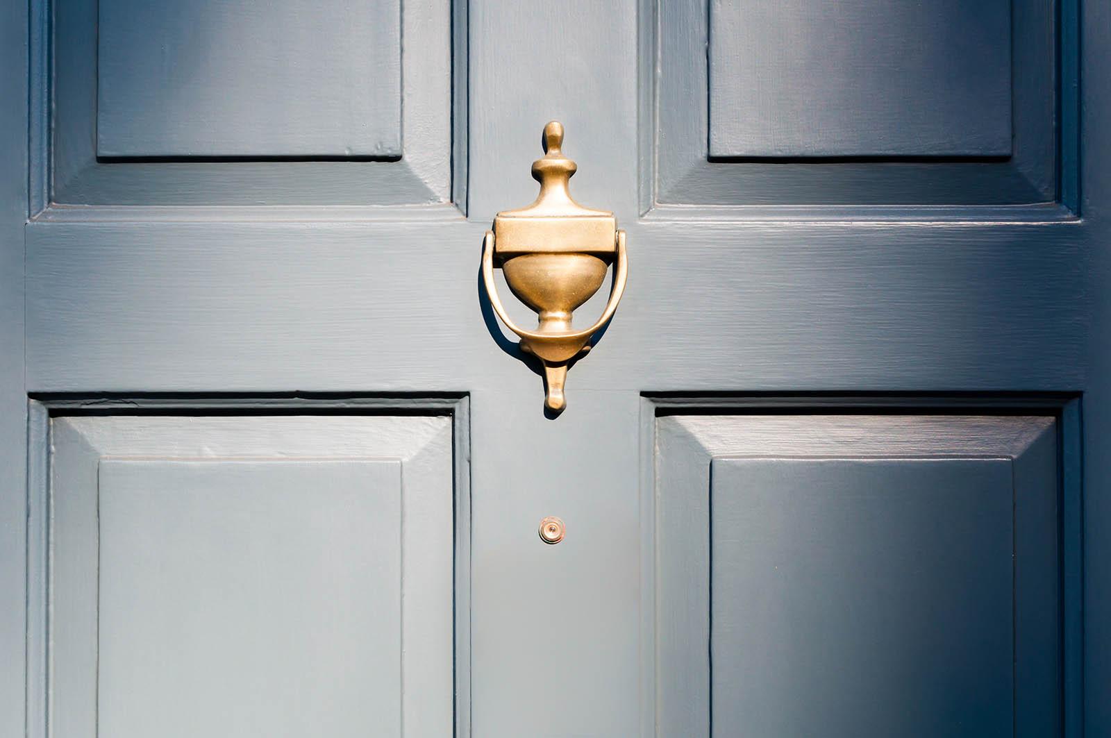 Vi har marknadens bredaste sortiment av ytterdörrar i Stockholm! Det innebär att vi har en rad olika serier, färger och utföranden att välja på. Här i en blå variant! Vilken färg väljer ni?